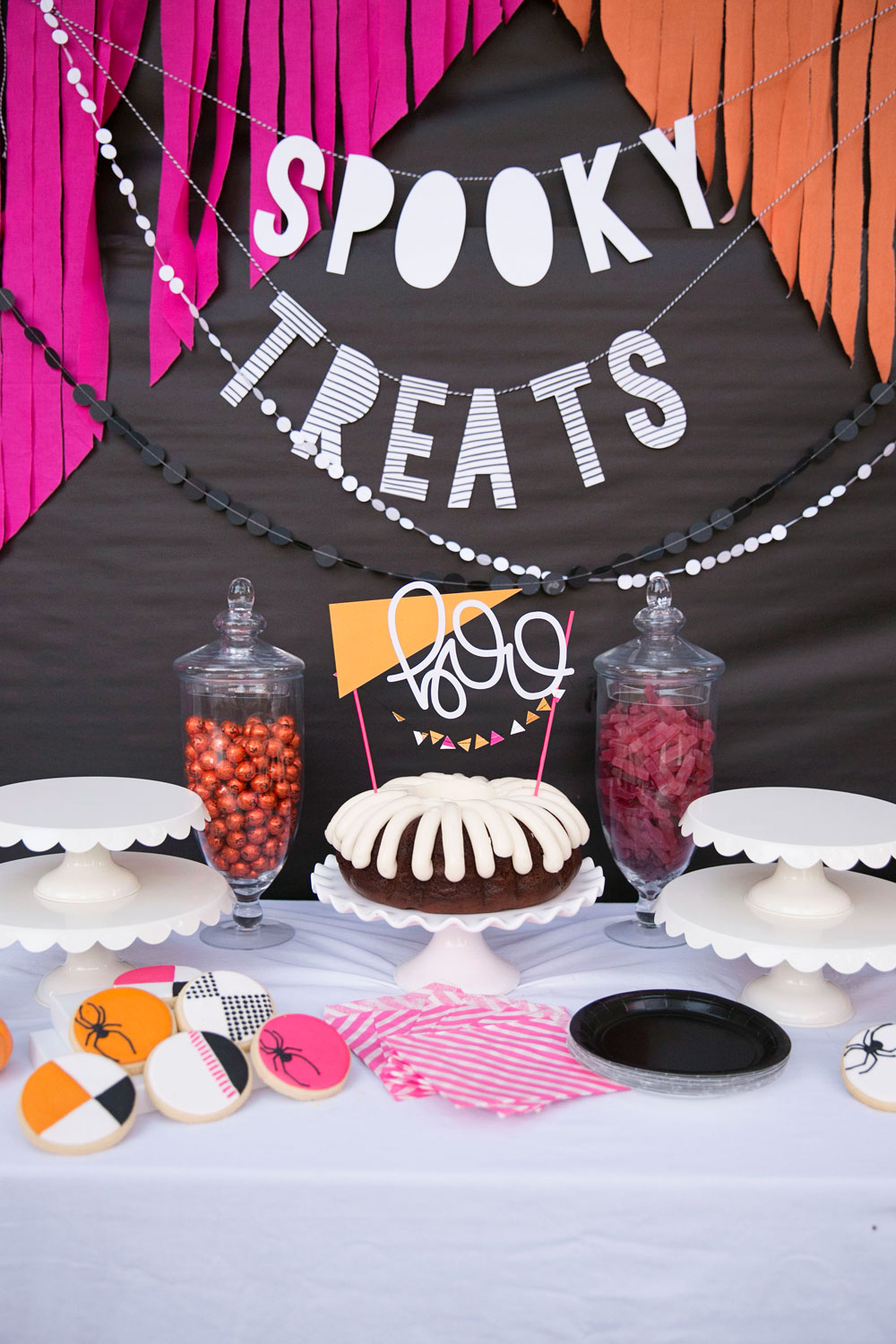 Halloween party table decorations - Coloful Halloween Party Ideas