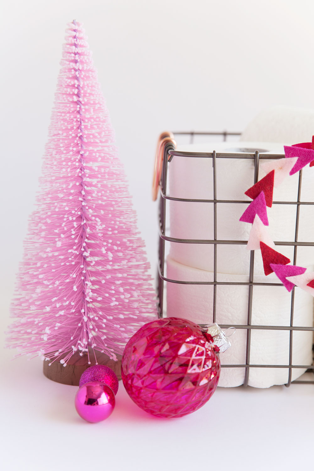 Tips for a fresh and festive bathroom tell love and party for Bathroom decor for christmas