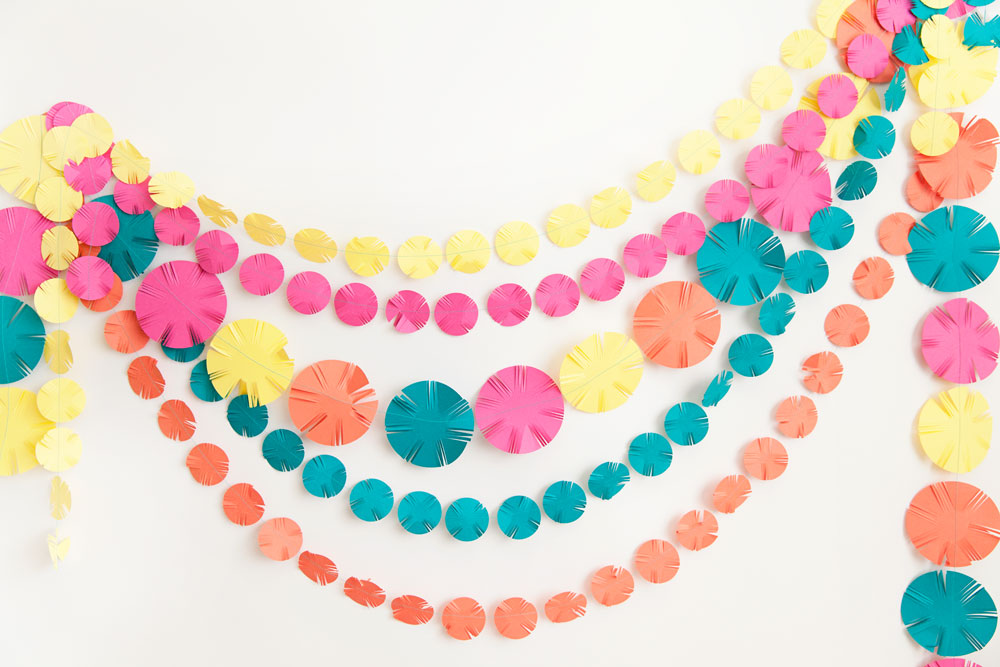 Learn-how-to-make-this-fun-and-easy-festive-DIY-garland