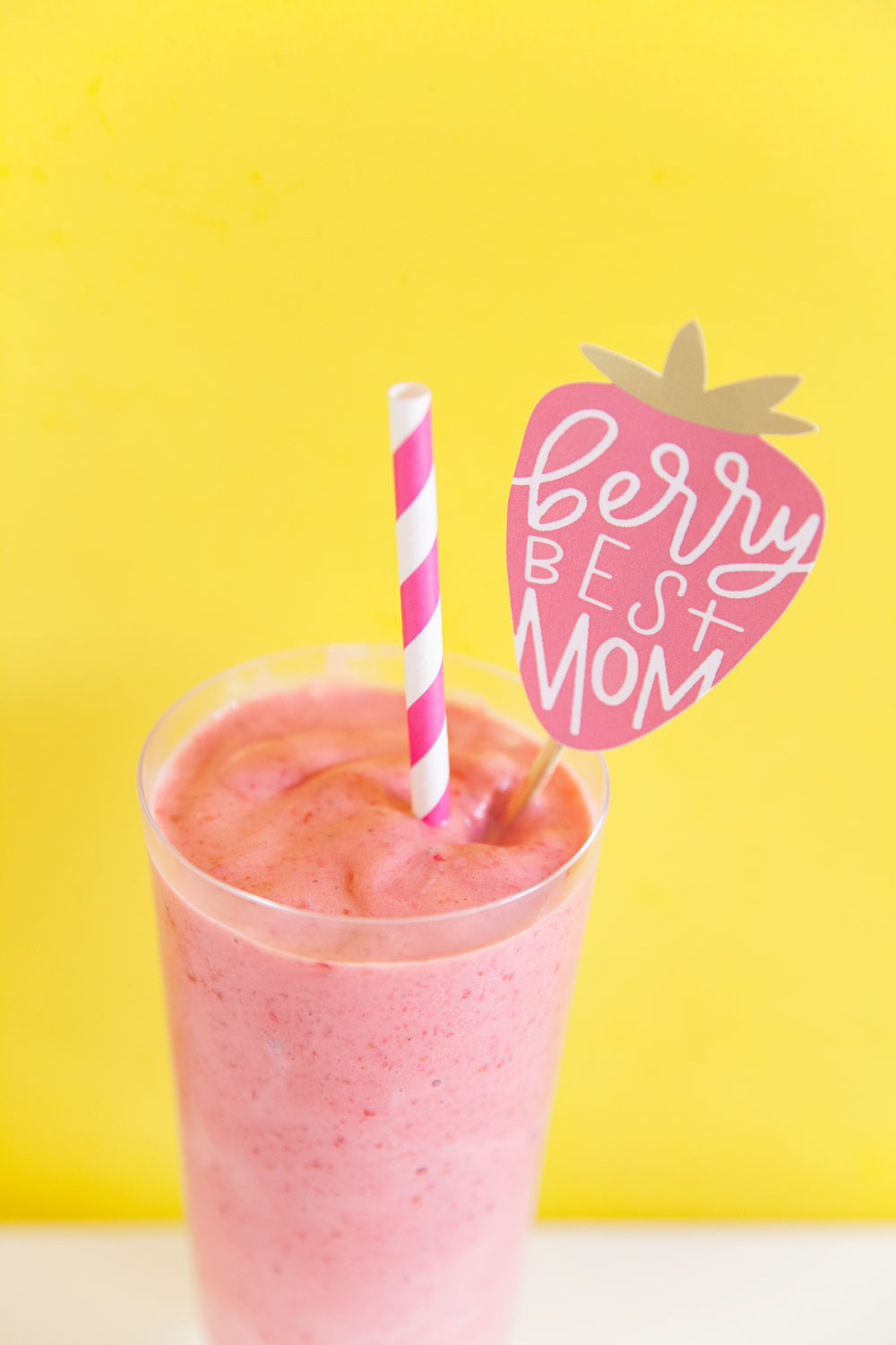 Give-mom-breakfast-in-bed-this-Mothers-Day-with-a-delicious-smoothie-and-a-free-printable-drink-stirrer