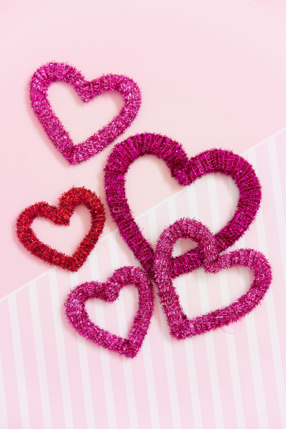 Make these Valentine's Day metallic pipe cleaner hearts.  They are soooo simple to make and are a great craft for kids to do as well.  -hearts -diy -craft blogger